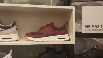 Nike Air Thea อยากได้มากกก กลับมาดูราคาที่ไทยแล้วบาดจัยส์