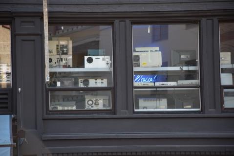เดินไปเจอร้านนึงเค้าวางวิทยุเก่าๆประดับไว้ข้างกระจก คือรู้สึกตื่นเต้ลมาก ของเก่าอ่ะแกก