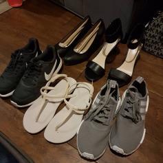 รองเท้าที่ซื้อเพิ่มภายใน 1 เดือนที่เที่ยว... (บวกกับอีก 4 คู่ที่ซื้อแล้วยัดใส่ลังส่งลงเรือกลับบ้านไปแล้ว)